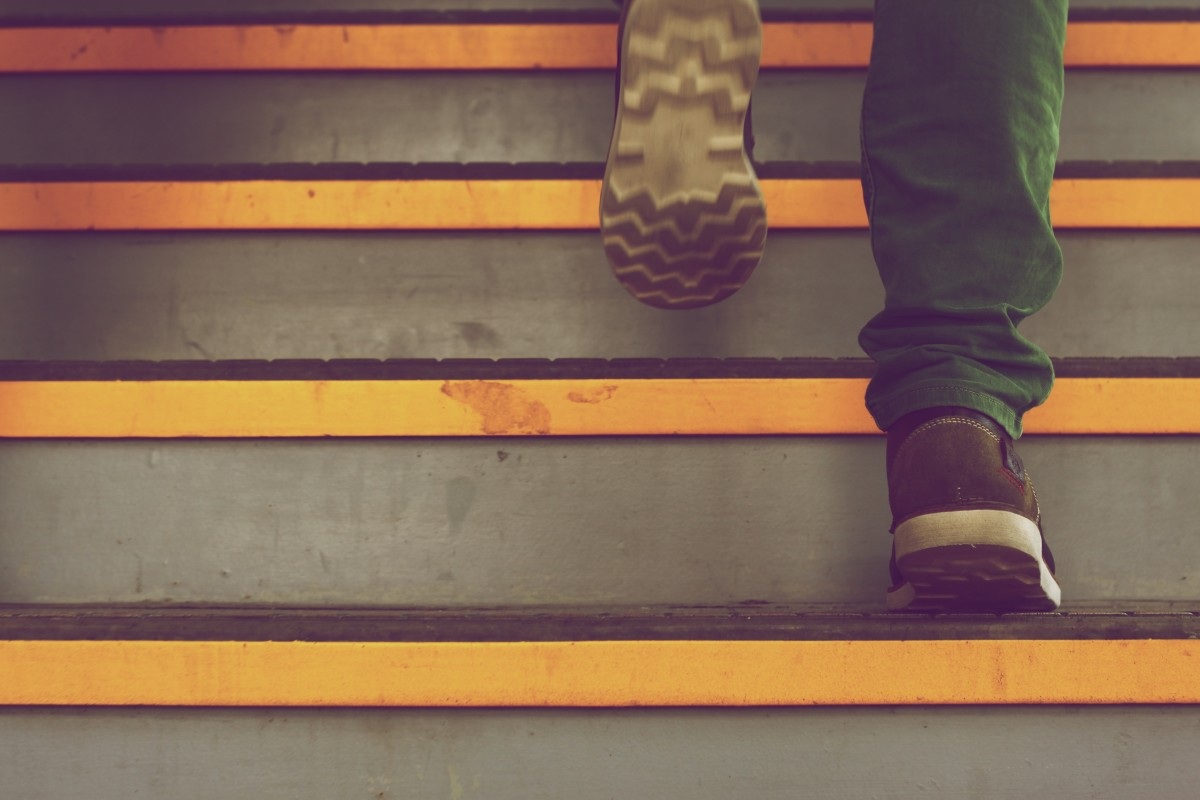 geometric_lines_yellow_stairs_walking_shoes_steps_sneakers-335579